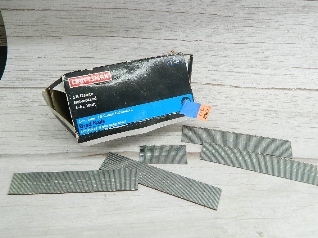 OE8365- Mostly Full CRAFTSMAN 18 Gauge Galvanized 1in Brad Nails
