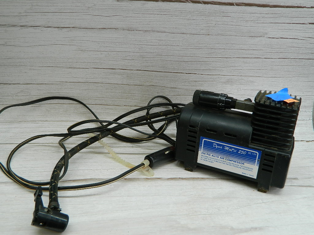 SG8437- WORKING DYNA MATIC 250 PSI Auto Air Compressor Made in Taiwan Hose is Cut '5x2.75x6in'