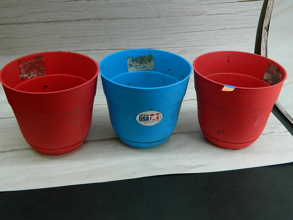 OE8502- Set of 3 Plastic Red, and Blue Planters '5.5x6.25in'